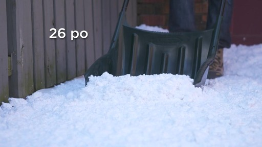 Pousse-neige Yardworks, 22 po - image 2 from the video