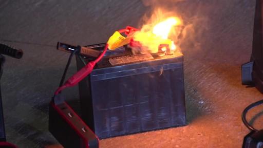 Boost vs Démarreur rapide traditionnel: Démarreur de batterie NOCO Genius GB30 Boost - image 5 from the video