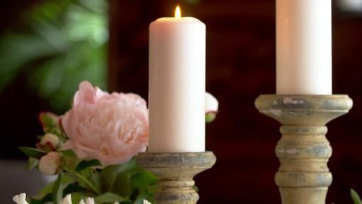 Romance à la maison - Sombre et lumineux - image 2 from the video