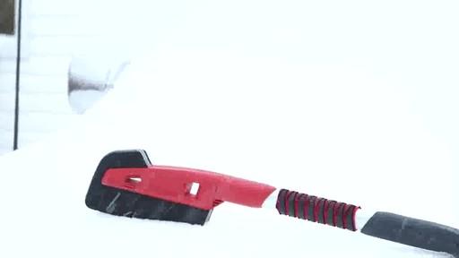Balai à neige antirayures Garant – Témoignage de Lise - image 3 from the video