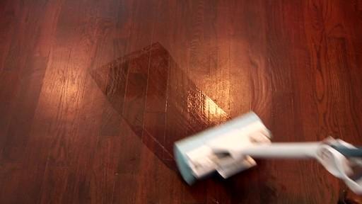 Nettoyant pour planchers en bois dur et laminé ZEP Commercial - image 3 from the video