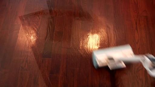 Nettoyant pour planchers en bois dur et laminé ZEP Commercial - image 5 from the video