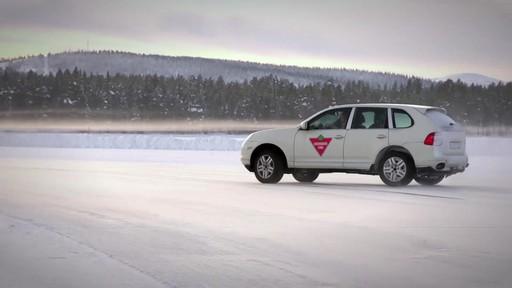 Rouler sur les pneus d'hiver en été  - image 1 from the video