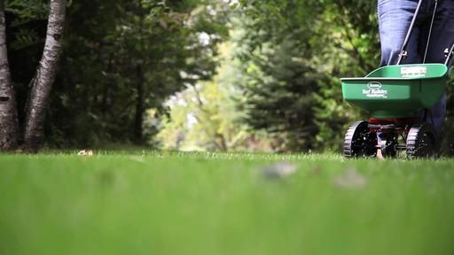 Ensemencement de la pelouse avec Frankie Flowers - image 8 from the video