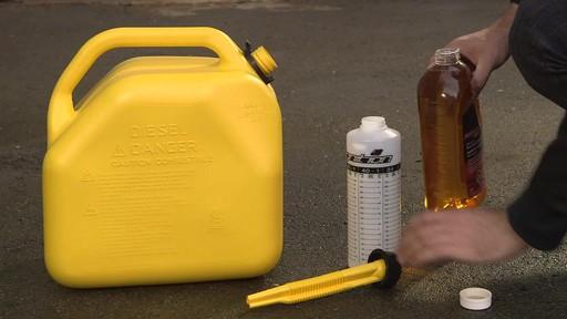 Additif de carburant avec antigel MotoMaster - image 2 from the video
