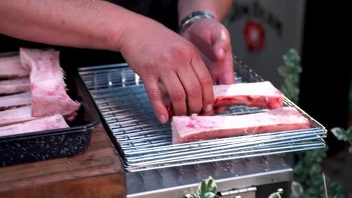 Bradley Smoker - Pour la cuisson d'une côte de bœuf dans un fumoir Bradley - image 6 from the video