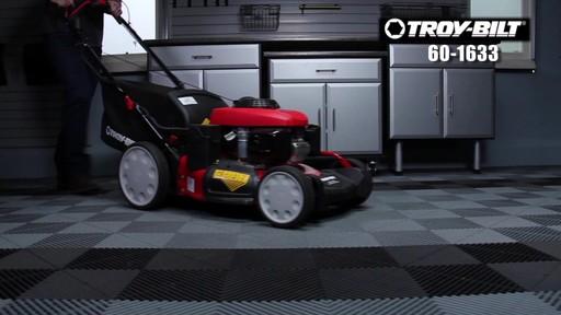 Tondeuse auto-propulsée avec traction arrière Troy-Bilt  - image 1 from the video