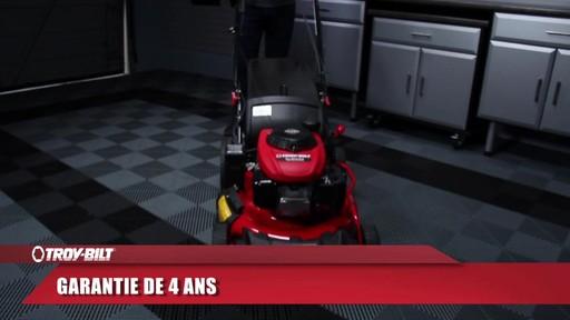 Tondeuse auto-propulsée avec traction arrière Troy-Bilt  - image 10 from the video
