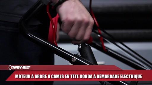 Tondeuse auto-propulsée avec traction arrière Troy-Bilt  - image 2 from the video