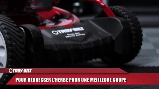 Tondeuse auto-propulsée avec traction arrière Troy-Bilt  - image 3 from the video
