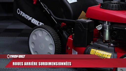 Tondeuse auto-propulsée avec traction arrière Troy-Bilt  - image 4 from the video