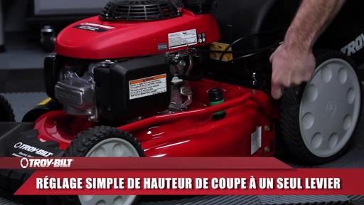 Tondeuse auto-propulsée avec traction arrière Troy-Bilt  - image 5 from the video