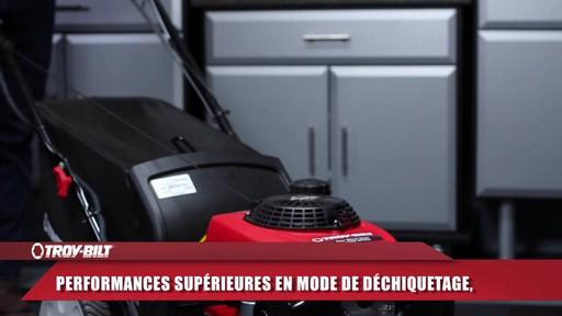 Tondeuse auto-propulsée avec traction arrière Troy-Bilt  - image 6 from the video