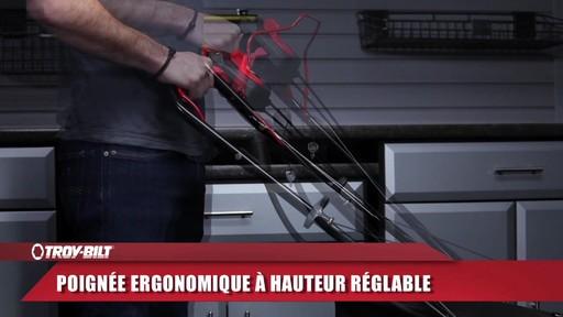 Tondeuse auto-propulsée avec traction arrière Troy-Bilt  - image 8 from the video