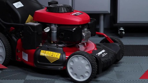 Tondeuse auto-propulsée avec traction arrière Troy-Bilt  - image 9 from the video