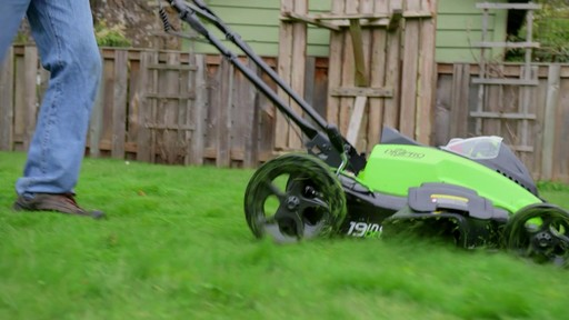 Tondeuse GreenWorks à moteur sans balai de 40 V - image 4 from the video