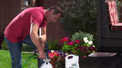 Nettoyant concentré pour l'extérieur Scotts Oxi - image 3 from the video