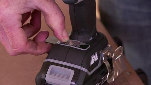 Tournevis à percussion à moteur sans balai MAXIMUM, 20 V - image 2 from the video
