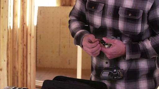 Tournevis à percussion à moteur sans balai MAXIMUM, 20 V - image 5 from the video