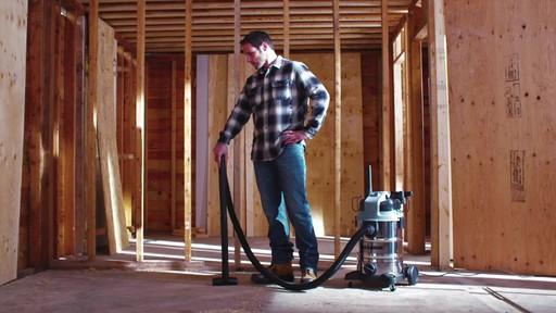 Aspirateur de déchets secs et humides MAXIMUM, inox, 30 L - image 10 from the video