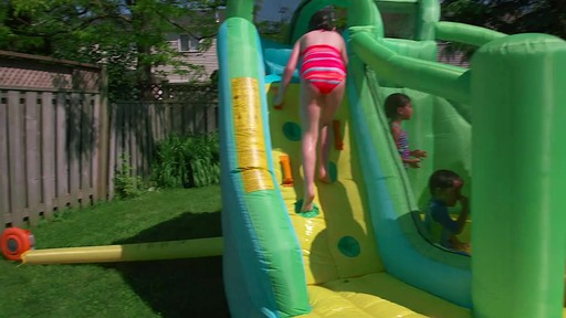Glissoire gonflable 2-en-1 Little Tikes Wet N' Dry - image 7 from the video