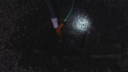 Pompe en V avec tuyau de 20 pi et collier - image 5 from the video