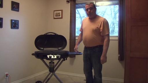 Barbecue au gaz portatif Coleman Excursion – Témoignage de Greg - image 10 from the video