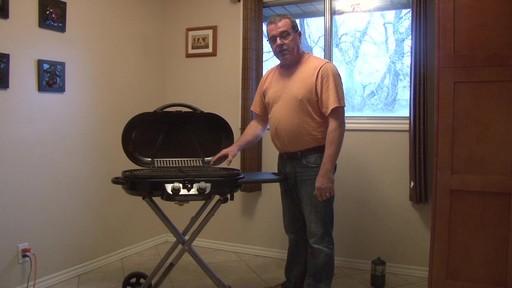 Barbecue au gaz portatif Coleman Excursion – Témoignage de Greg - image 7 from the video
