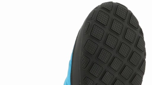 Men's Columbia Packed Out™ Omni-Heat Slippers - image 5 from the video