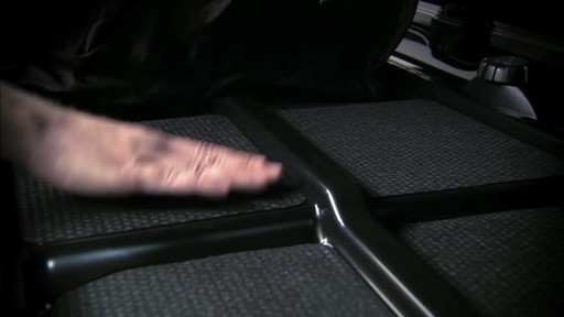 THULE Dynamic 900 Chrome Limited Edition Cargo Box - image 5 from the video