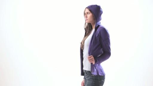 ICEBREAKER Women's Cascade Hood - image 9 from the video